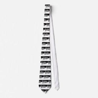 Pedazos de ajedrez negros y blancos corbata