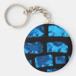 Pedazos de cristal azules con lechada negra entre  llaveros personalizados