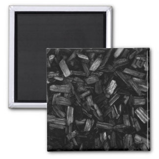 Pedazos de madera en blanco y negro. imán cuadrado