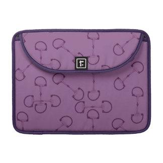 Pedazos ecuestres púrpuras del caballo funda macbook pro