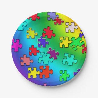 Pedazos multicolores de los rompecabezas platos de papel