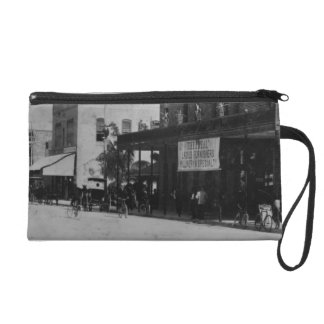 Pedestrians, cyclists, and horse-carriages wristlet