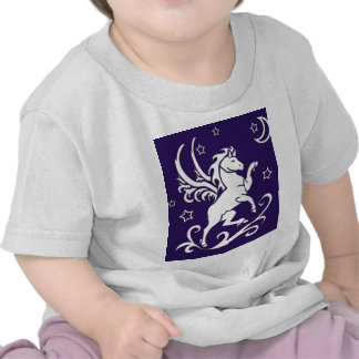 Pegaso en la camisa del niño de la noche
