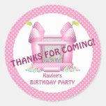 Pegatina animoso rosado del favor del cumpleaños d
