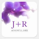 Pegatina con monograma del boda de la orquídea púr