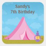 Pegatina de la fiesta de cumpleaños que acampa