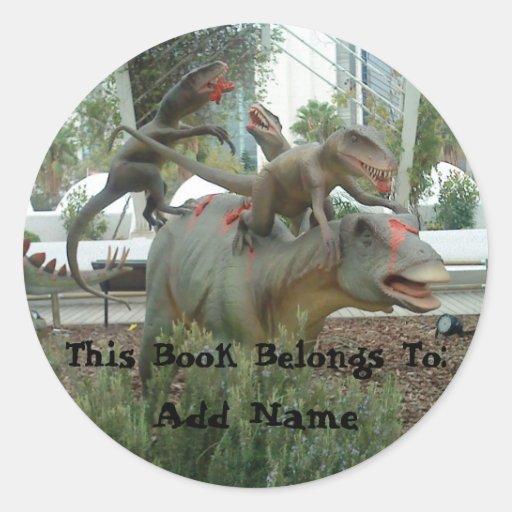 Pegatina del Bookplate del dinosaurio que lucha