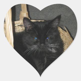 Pegatina del corazón del gatito de la cesta