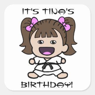 Pegatina del cumpleaños del chica del karate del