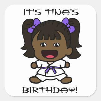 Pegatina del cumpleaños del karate del chica negro