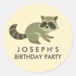 Pegatina del cumpleaños del mapache del arbolado