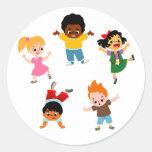Pegatina del dibujo animado de cinco niños