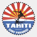 pegatina del paraíso de Tahití que practica surf