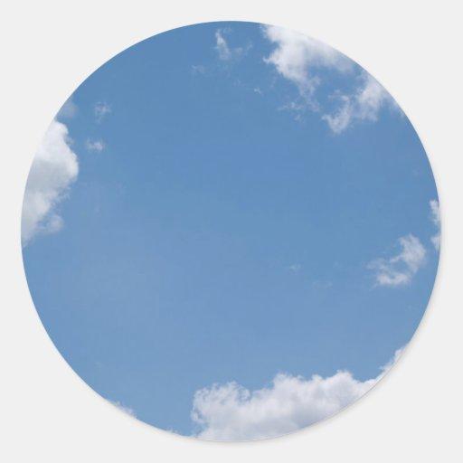 Pegatina nublado de BackgroundRound del cielo azul