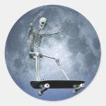 Pegatina que anda en monopatín del claro de luna