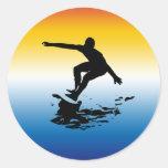 pegatina que practica surf