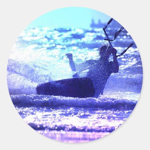 Pegatina que practica surf de la cometa