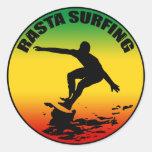 Pegatina que practica surf de Rasta