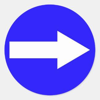 Pegatina redondo con la flecha en la derecha