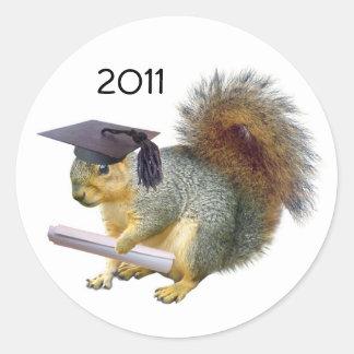 Pegatina redondo de la ardilla de la graduación