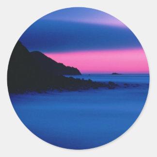 Pegatina redondo de la puesta del sol rosada y