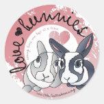Pegatina redondo de los conejitos del amor