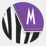 Pegatina tonto del monograma de la cebra (púrpura)