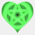 Pegatina verde del corazón del pentáculo que brill