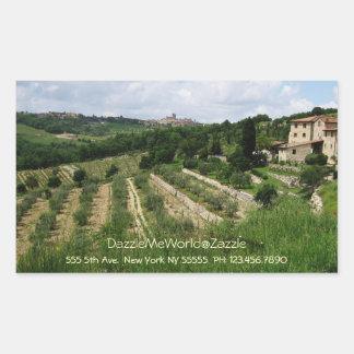 Pegatina - viñedo y ciudad toscanos de la colina