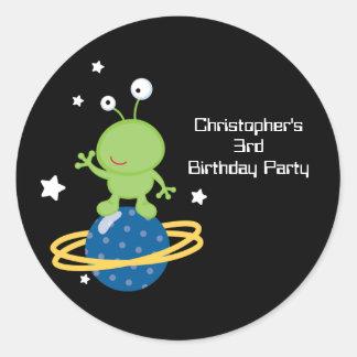 Pegatinas de la fiesta del cumpleaños del muchacho etiquetas redondas
