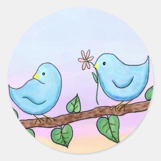 Pegatinas de los pájaros del amor etiquetas redondas