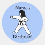 Pegatinas del cumpleaños del chica de los artes etiqueta redonda