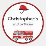 Pegatinas del cumpleaños del coche de bomberos etiquetas redondas