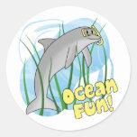 Pegatinas del delfín de la diversión del océano etiqueta redonda