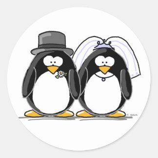 Pegatinas del pingüino de novia y del novio pegatinas redondas