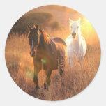 Pegatinas galopantes de los caballos salvajes etiqueta redonda