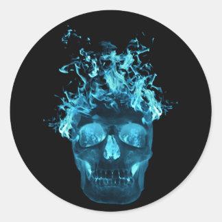 Pegatinas llameantes azules del cráneo pegatina redonda