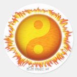 Pegatinas llameantes del símbolo de Yin Yang Sun Etiqueta Redonda