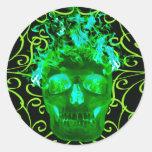 Pegatinas llameantes verdes del cráneo pegatinas redondas