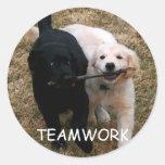 """Pegatinas negros y blancos del """"trabajo en equipo"""" etiqueta redonda"""