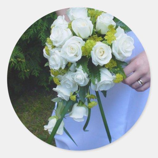 Pegatinas nupciales florales de los rosas blancos etiqueta redonda