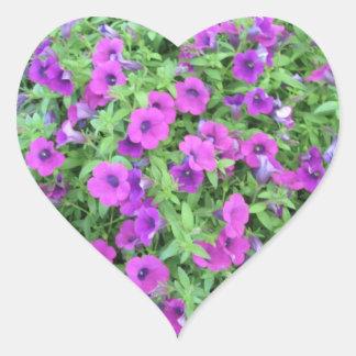 Pegatinas púrpuras de las petunias - sistema de 20 pegatina en forma de corazón