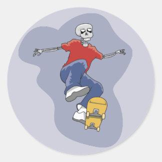 Pegatinas que andan en monopatín del esqueleto pegatina redonda