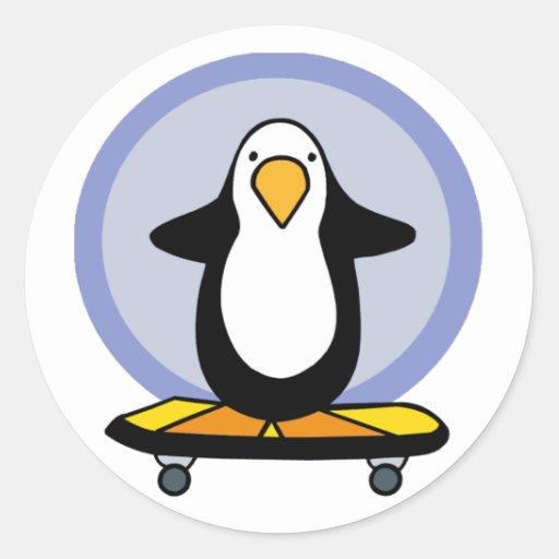 Pegatinas que andan en monopatín del pingüino pegatina redonda