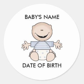 Pegatinas recién nacidos del muchacho caucásico pegatina redonda