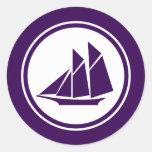 Pegatinas redondos del velero púrpura del Schooner Pegatina Redonda