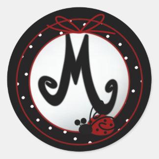 Pegatinas redondos iniciales de la mariquita M Etiquetas Redondas
