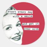 Pegatinas retros divertidos de la sonrisa del ama pegatina redonda