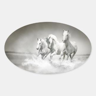 Pegatinas salvajes de los caballos blancos pegatina ovalada
