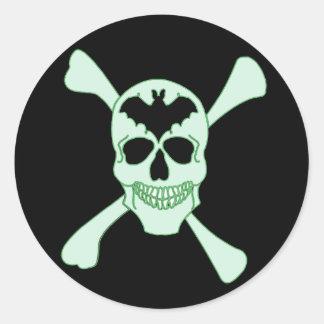 Pegatinas verdes del cráneo y de la bandera pirata pegatina redonda